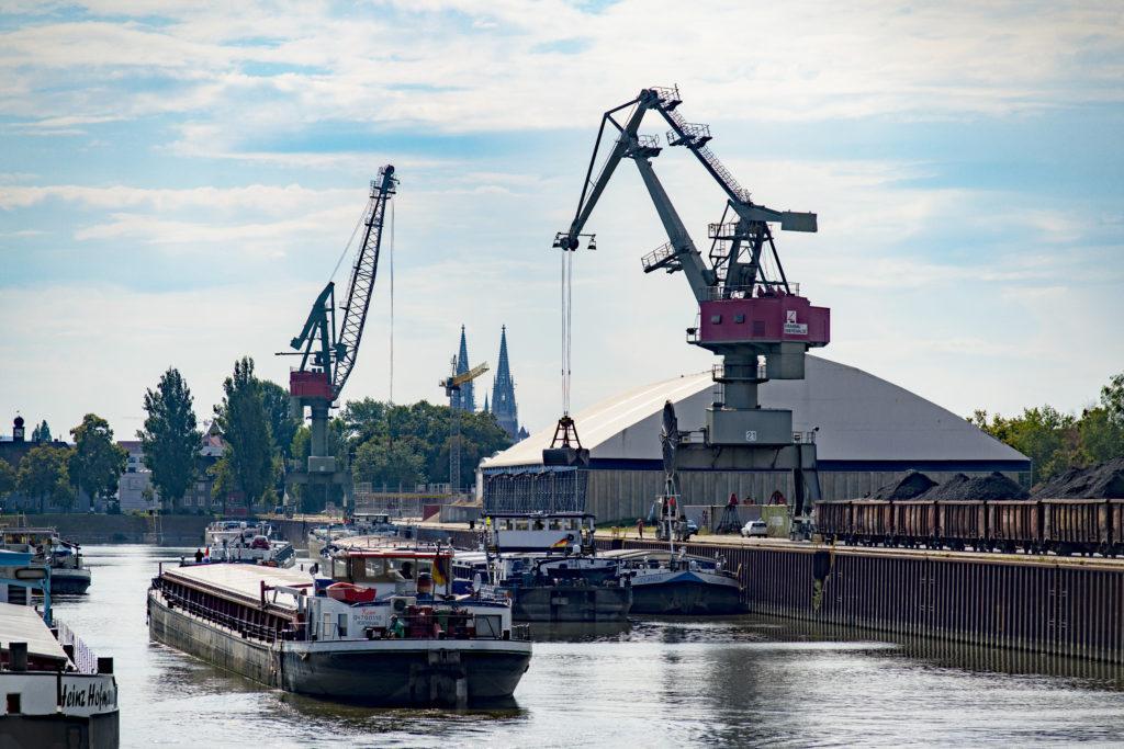 Schiffsgüterumschlag im Westhafen Regensburg-Blick nach Westen