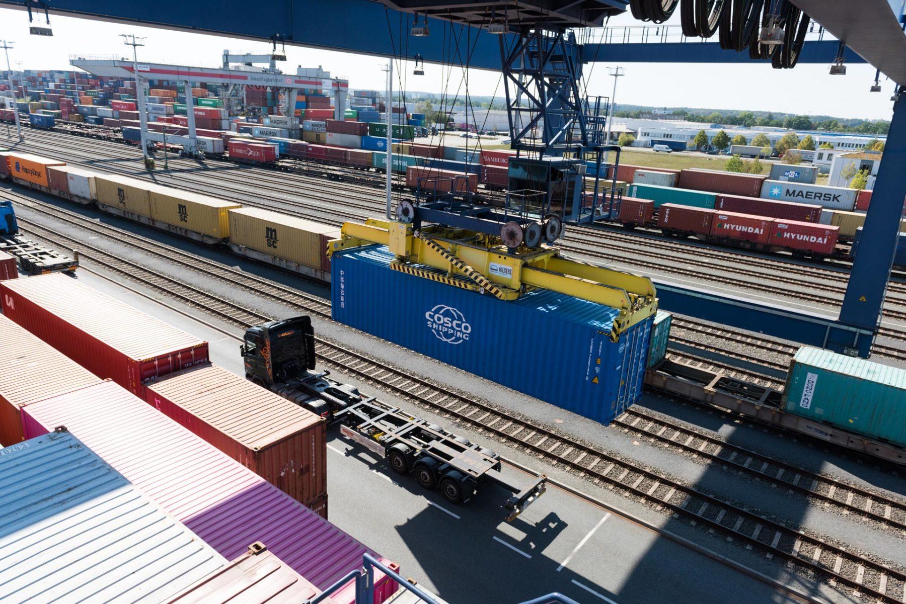 Container wird auf LKW verladen - TriCon Nürnberg