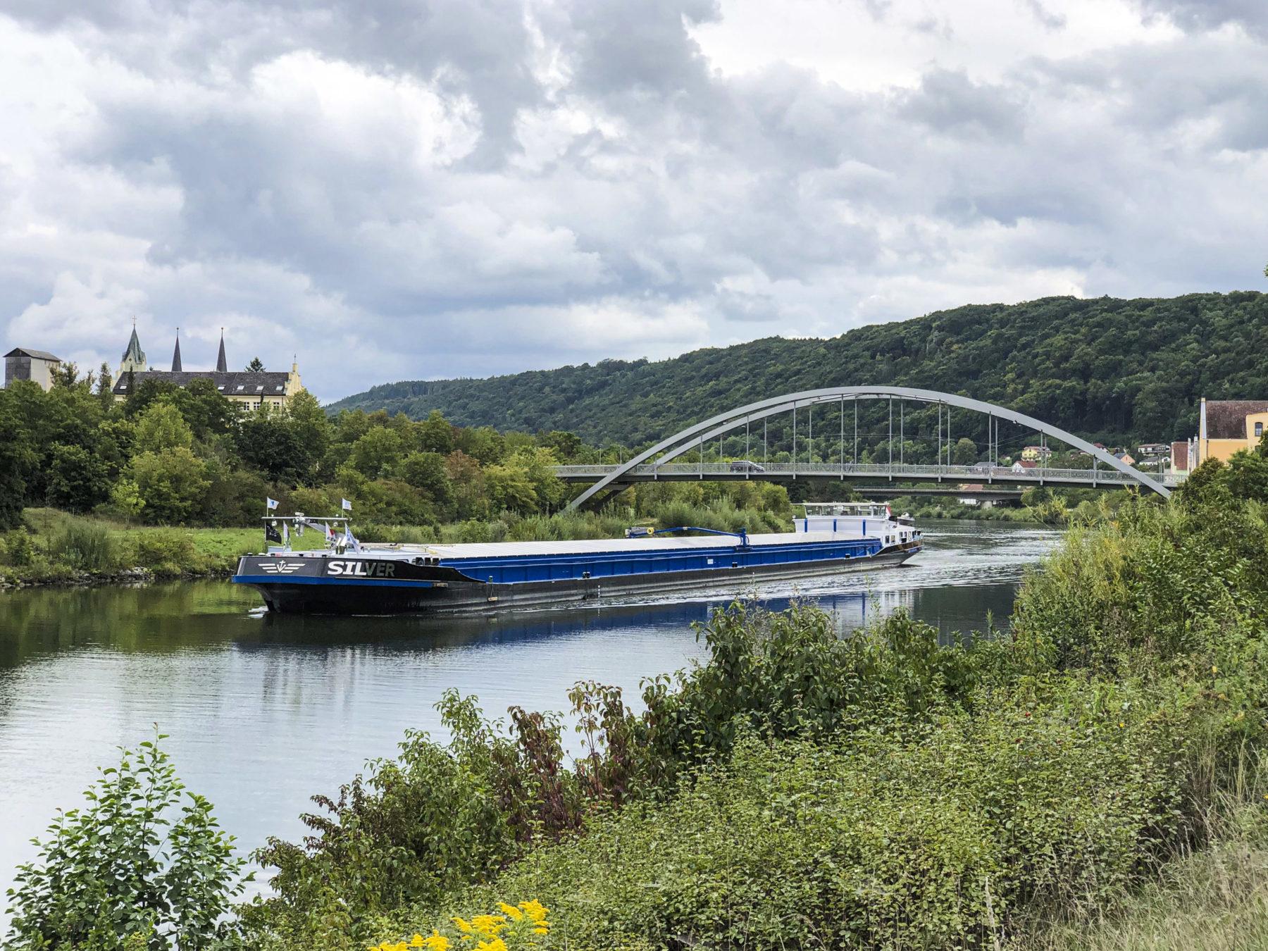 Binnenschiff auf dem Main-Donau-Kanal bei Riedenburg
