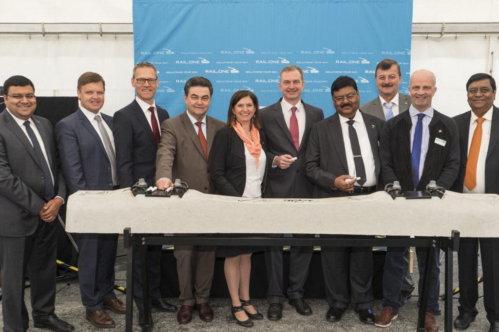 Einweihung Bahnschwellenwerk Unterschrift auf Bahnschwelle bayernhafen Aschaffenburg