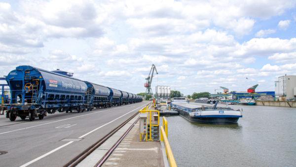 Osthafen bayernhafen Regensburg Binnenschiff Güterwagons