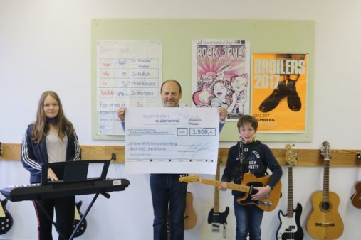 Donation handover to the Erlöser-Mittelschule Bamberg: School Principal Eugen Kügler (centre) of the Rock Kids school band (image source: Erlöser-Mittelschule Bamberg)