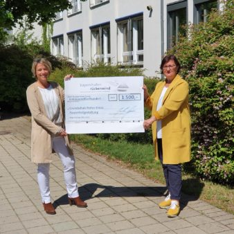 Donation handover to the Grundschule Hohes Kreuz: Primary School Principal Karin Förster (left) and Birgit Sommerer-Oel, the Chairwoman of the Primary School Support Group (image source: Grundschule Hohes Kreuz)