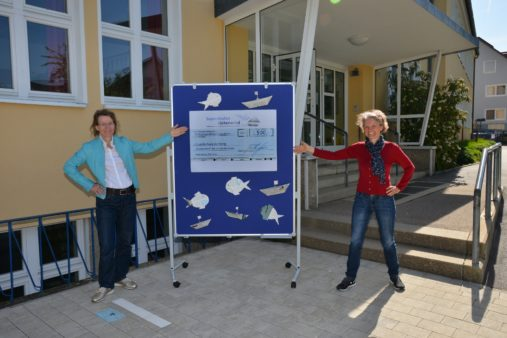 Presentation of the donation to Grundschule Keilberg: Susanne Bauer, Chairwoman of the Primary School Support Association (left) and Primary School Principal Martina Käs - (image source: Grundschule Keilberg / Heyder)
