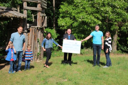 Donation handover to the Parents Advisory Committee of the Kammerstein xhildren's daycare centre (image source: Elternbeirat der Kita Kammerstein)
