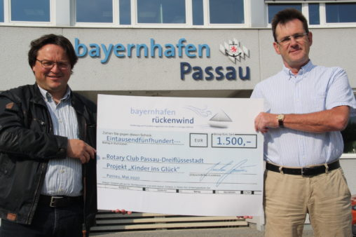 Presentation of the donation to the Rotary Club Passau-Dreiflüssestadt: Club President Frank Stelling (right) and project initiator Dominik Metzler (left). (image source: Rotary Club Passau-Dreiflüssestadt)