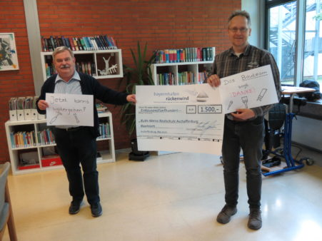 The Principal of the Ruth-Weiss-Realschule Secondary School, Georg Strobel (left) and Peter Fischer, head of the school building team, accept the donation (image source: Ruth-Weiss-Realschule)