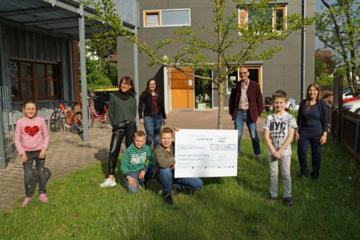Pastor Joachim Nötzig (3rd from right) takes receipt of the donation for the evang.- luth. Kirchengemeinde Katzwang to support its club for children and young people (image source: bayernhafen Nürnberg)
