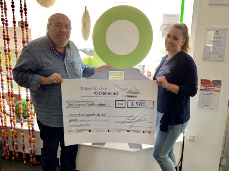 Donation handover ceremony for the Förderkreis goolkids e.V.: Project Manager Robert Bartsch (left) and ginaS Project Manager Laura Stelzer. (image source: Förderkreis goolkids e.V.)