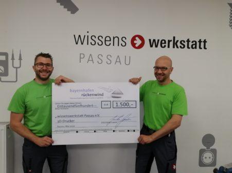 Donation photo symbolic cheque presentation bayernhafen rückenwind wissenswerkstatt
