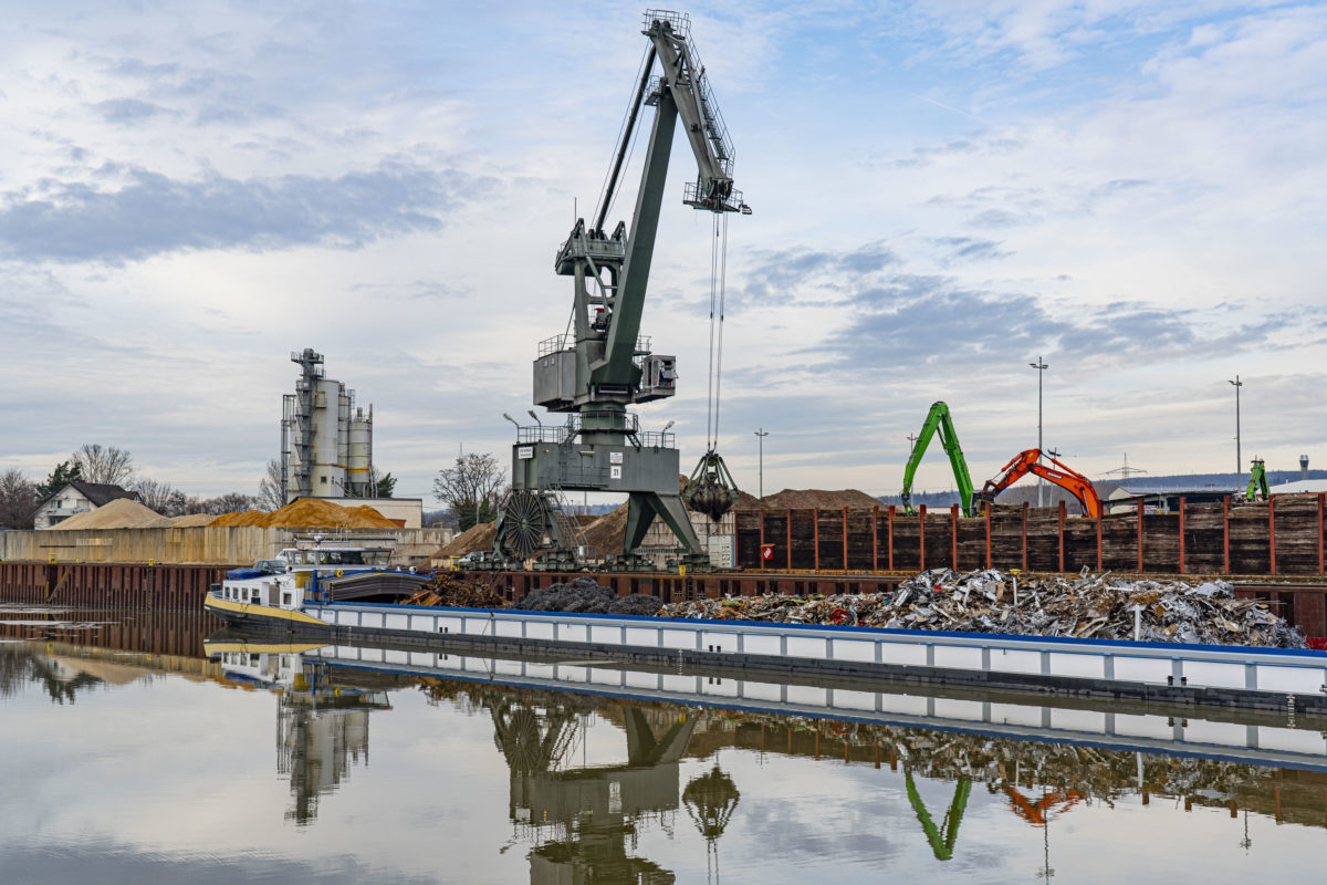 A port crane is used to load scrap metal on to a barge | bayernhafen Aschaffenburg