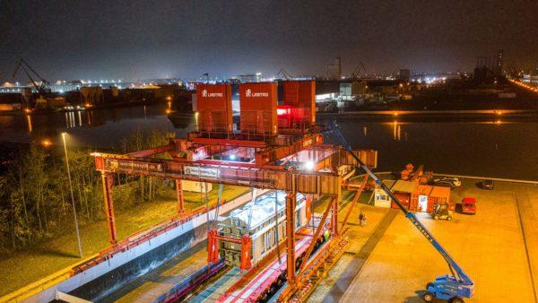 Night-time loading of a transformer using a strand jack system at bayernhafen Nürnberg